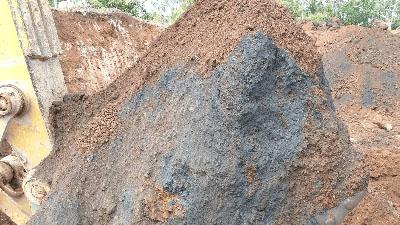 minério de ferro sendo carregado pelo trator